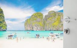 对美丽的海滩的被打开的白色门与玛雅人海湾的,泰国游人 免版税库存图片
