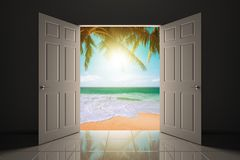 对美丽的海滩的门道入口 库存图片