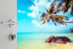 对美丽的热带海滩的被打开的白色门与椰子树 库存照片
