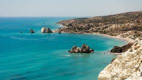 对美之女神岩石从一条风景高速公路,塞浦路斯的一个看法 免版税库存图片