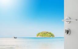 对美好的海景的被打开的白色门与蓝色海海滩 库存图片