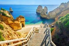 对美好的海滩普腊亚的木人行桥在拉各斯附近做卡米洛 免版税库存照片