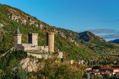 对老中世纪城堡和美丽的秋季谷, sunse的看法 免版税库存图片