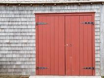 对老农场建筑的红褐色的毂仓大门 免版税库存图片