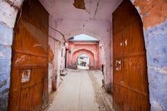 对老印地安房子的入口通过一个生锈的开放门在桃红色城市 库存图片