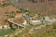 对老和新的桥梁的看法横跨山河在巴赫达尔,埃塞俄比亚 免版税库存图片