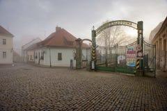 对老啤酒厂和麦芽厂的入口门在一个有雾的冬日 Znojmo,捷克 免版税库存图片