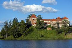 对老城堡的看法在晴天 免版税库存照片
