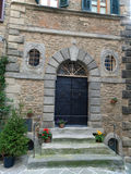 对老房子的门在托斯卡纳 免版税库存图片