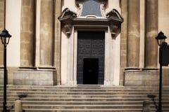 对老教会、灯笼和台阶的入口 免版税库存照片