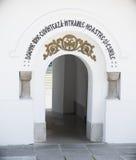 对老教会围场在锡纳亚, Prahova,罗马尼亚的入口 免版税图库摄影