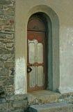 对老炸药库的被镶板的钢门在护城河塔在Donaghadee沿海村庄在唐郡 免版税库存照片