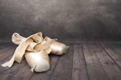 对老点鞋子黑暗的背景 免版税库存照片