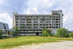 对老被放弃的大厦的白天视图与街道画 免版税库存照片