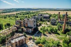 对老被放弃的工厂厂房的鸟瞰图 被放弃的水泥和钢筋混凝土工厂 库存照片