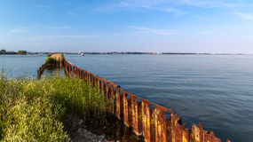 对老被放弃的生锈的金属码头的看法 库存照片