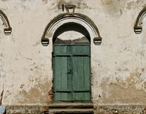对老豪宅的神秘的门 免版税库存图片