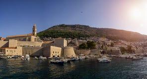 对老镇和停泊处的概要与船 免版税库存图片