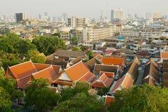 对老镇的地平线的看法有寺庙和摩天大楼的在日出的背景的从金黄登上在曼谷, 免版税库存图片
