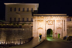 对老镇的城市门在晚上 扎达尔 克罗地亚 库存照片