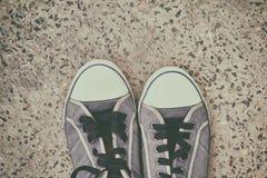 对老,被佩带的运动鞋 免版税库存照片