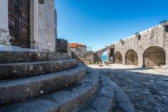 对考古学博物馆的门在乌尔齐尼 库存照片