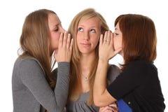对耳语妇女的女朋友秘密 免版税库存图片