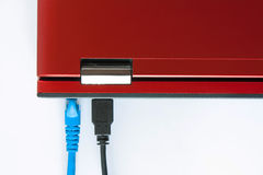 对膝上型计算机、插座有互联网缆绳的和la的被连接的补丁缆绳 免版税库存照片