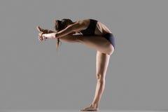 对膝盖瑜伽姿势的常设头 免版税图库摄影
