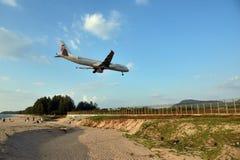 对航空器的普吉岛感兴趣的访客使海靠岸 库存照片