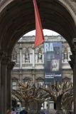 对艺术皇家Adademy的被成拱形的门道入口在伦敦 免版税库存照片