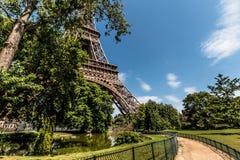 对艾菲尔铁塔的路 免版税库存图片