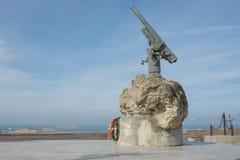 对苏联伞兵图兹拉唾液的-有装甲的BKA 73亚速号小舰队的贷款人枪的一座纪念碑 免版税图库摄影
