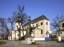 对若望保禄二世的纪念碑在大教堂附近在Lowicz 波兰 库存图片