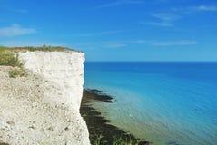 对英吉利海峡和一条小的白色风船蓝色绿松石水在背景和cli白色白垩石头的鸟瞰图  图库摄影