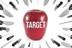 对苹果、营销和企业概念的投掷的刀子 隔绝在白色背景,裁减路线 免版税库存图片