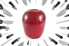 对苹果、营销和企业概念的投掷的刀子 隔绝在白色背景,裁减路线 库存照片