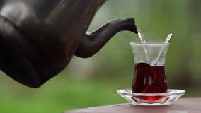 对茶玻璃的倾吐的土耳其茶 股票录像