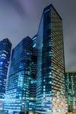 对莫斯科市商业中心玻璃高层摩天大楼的透视图在晚上 库存图片
