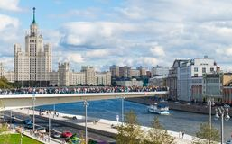 对莫斯科河的中部的一座新的桥梁 免版税库存图片