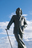 对萨尔瓦多・达利的纪念品反对蓝天的Cadaques海滩的 图库摄影