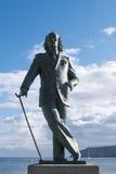 对萨尔瓦多・达利的纪念品反对蓝天的Cadaques海滩的 库存图片