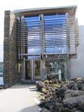 对著名蓝色盐水湖地热温泉的入口在冰岛 免版税库存图片
