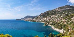 对蒙地卡罗的看法和Larvotto摩纳哥和Roquebrune盖帽马蒂 免版税库存图片