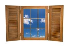 对蓝天看法的被打开的木窗口在白色Backg的 免版税库存照片