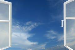 对蓝色天堂的被打开的窗口 免版税图库摄影
