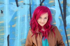 对蓝色女孩头发粉红色墙壁 免版税库存照片