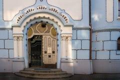对蓝色教会的入口 免版税库存图片