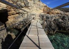 对蓝色盐水湖的桥梁,马耳他 免版税库存图片