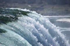 对蓝色落下的水的绿色在尼亚加拉瀑布 图库摄影